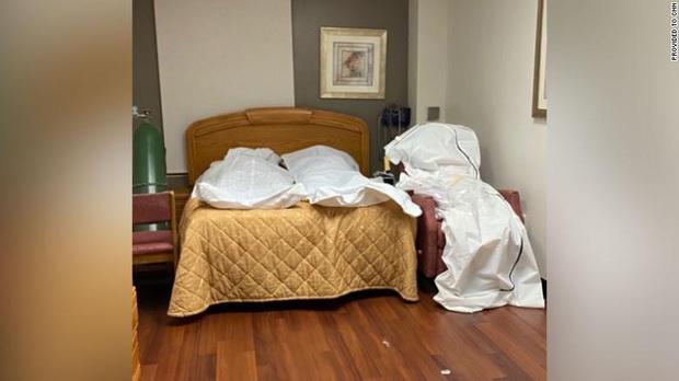 Hình ảnh tang thương tại một bệnh viện Mỹ giữa đại dịch Covid-19: Thi thể chất chồng, phải trữ trong phòng trống vì nhà xác đã quá tải - Ảnh 1.