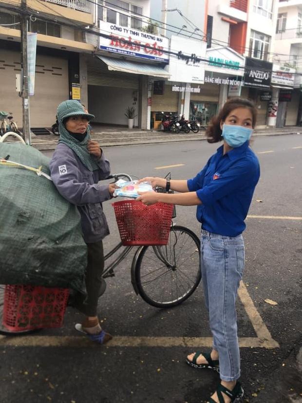"""Hình ảnh đẹp tại điểm phát cơm miễn phí ở Đà Nẵng: Cô chỉ nhận áo mưa, còn cơm cô nhường người khác cần hơn. Nhà cô nấu cơm rồi con..."""" - Ảnh 1."""