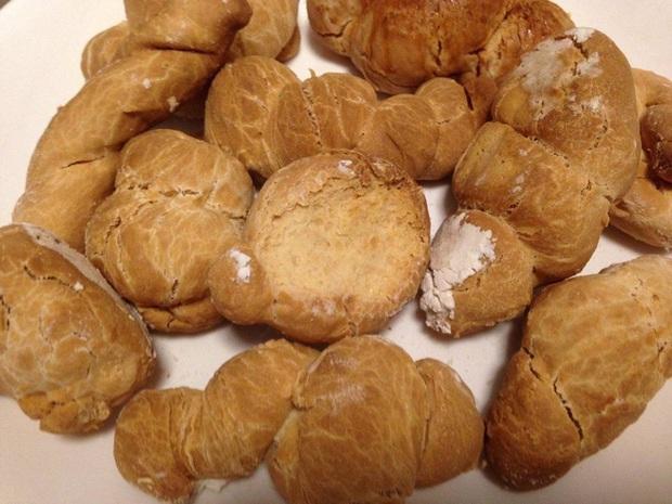 Tự làm bánh mì tại nhà mời mọi người ăn, nhìn tưởng thơm ngon như hóa ra lại cứng đến nỗi mang đi đóng đinh còn được - Ảnh 3.