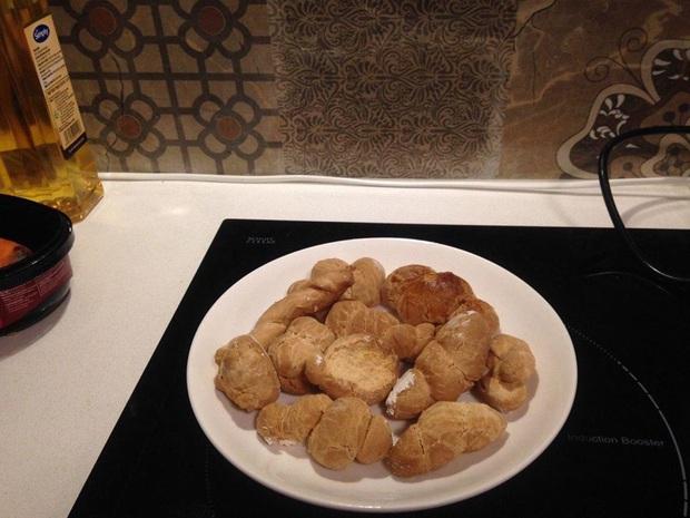 Tự làm bánh mì tại nhà mời mọi người ăn, nhìn tưởng thơm ngon như hóa ra lại cứng đến nỗi mang đi đóng đinh còn được - Ảnh 2.