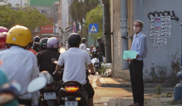 Gặp thầy giáo Tây thất nghiệp, cầm bảng xin giúp tiền để mua thức ăn: Tôi choáng ngợp bởi lòng từ bi và sự hào phóng của người Việt - Ảnh 1.