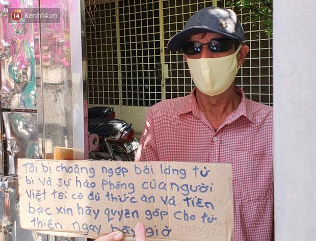 Gặp thầy giáo Tây thất nghiệp, cầm bảng xin giúp tiền để mua thức ăn: Tôi choáng ngợp bởi lòng từ bi và sự hào phóng của người Việt - Ảnh 5.