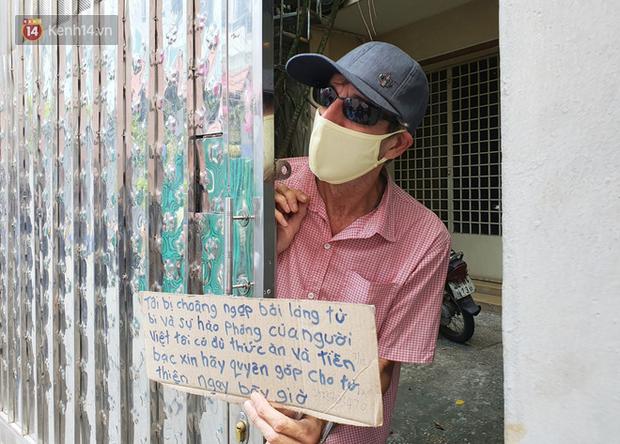 Gặp thầy giáo Tây thất nghiệp, cầm bảng xin giúp tiền để mua thức ăn: Tôi choáng ngợp bởi lòng từ bi và sự hào phóng của người Việt - Ảnh 4.