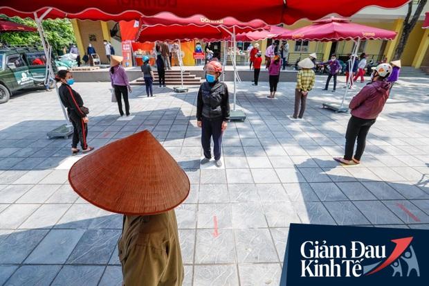 Nhiều người đổ về máy ATM nhả gạo đầu tiên ở Hà Nội, lực lượng chức năng can thiệp để yêu cầu giãn cách theo đúng quy định - Ảnh 9.
