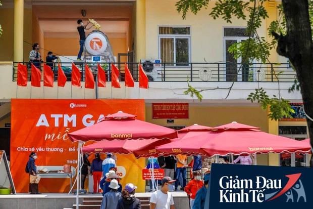 Nhiều người đổ về máy ATM nhả gạo đầu tiên ở Hà Nội, lực lượng chức năng can thiệp để yêu cầu giãn cách theo đúng quy định - Ảnh 1.