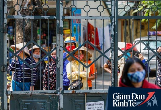 Nhiều người đổ về máy ATM nhả gạo đầu tiên ở Hà Nội, lực lượng chức năng can thiệp để yêu cầu giãn cách theo đúng quy định - Ảnh 5.