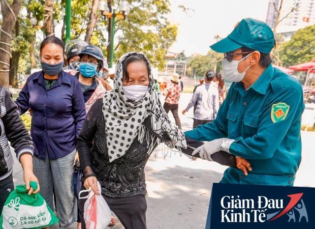 Nhiều người đổ về máy ATM nhả gạo đầu tiên ở Hà Nội, lực lượng chức năng can thiệp để yêu cầu giãn cách theo đúng quy định - Ảnh 7.