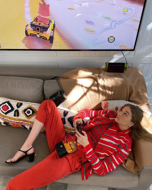 Cái khó ló cái khôn, dân làm thời trang triển luôn photoshoot tại nhà: Zara gửi đồ cho mẫu tự xử, Bella Hadid nghe lệnh qua Facetime - Ảnh 2.