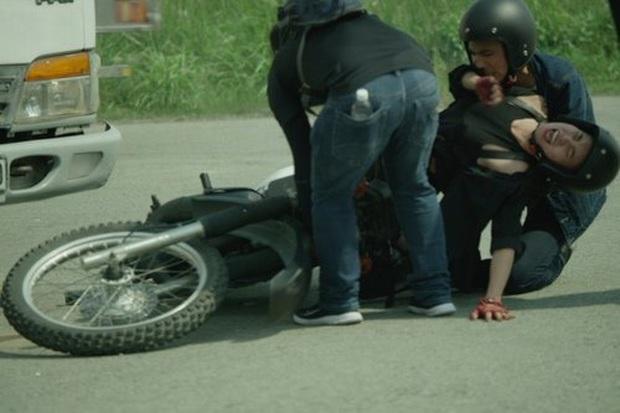Sao Việt đau đớn do tai nạn hi hữu ở hậu trường: Trúc Anh bị xe lôi xềnh xệch, Lý Hải - Trương Ngọc Ánh đổ máu vì vai diễn - Ảnh 11.