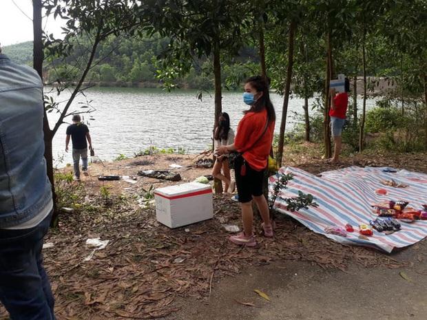 Bắt quả tang 9 nam nữ tụ tập ăn uống dã ngoại bên bờ hồ trong thời gian cách ly xã hội - Ảnh 3.