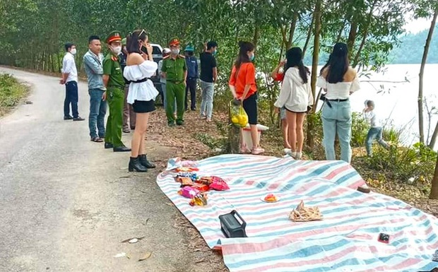 Bắt quả tang 9 nam nữ tụ tập ăn uống dã ngoại bên bờ hồ trong thời gian cách ly xã hội - Ảnh 1.