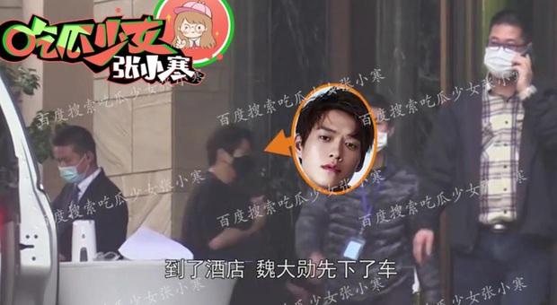 Paparazzi lại bắt trọn khoảnh khắc Dương Mịch lén lút tới thăm Ngụy Đại Huân, cặp đôi tiếp tục đi khách sạn - Ảnh 9.
