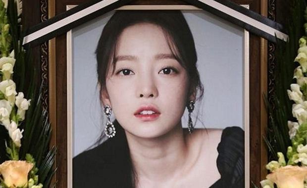 Nam diễn viên tiết lộ mẹ Goo Hara xin chụp hình lưu niệm với mình trong tang lễ con gái - Ảnh 1.