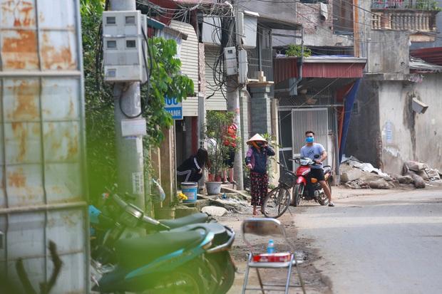 Ảnh: Lập chốt phong tỏa, phun khử khuẩn và cách ly 48 người dân sống cạnh nhà bệnh nhân 266 ở Thường Tín - Ảnh 10.