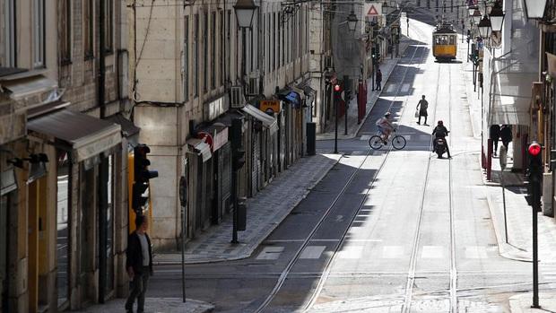 Nằm cạnh ổ dịch lớn nhất châu Âu, vì sao Bồ Đào Nha có số người tử vong vì nhiễm Covid-19 thấp hơn hàng xóm đến 32 lần? - Ảnh 1.