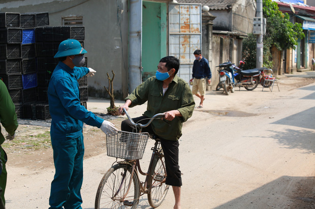 Ảnh: Lập chốt phong tỏa, phun khử khuẩn và cách ly 48 người dân sống cạnh nhà bệnh nhân 266 ở Thường Tín - Ảnh 4.
