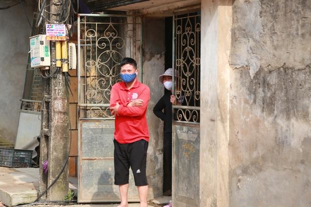 Ảnh: Lập chốt phong tỏa, phun khử khuẩn và cách ly 48 người dân sống cạnh nhà bệnh nhân 266 ở Thường Tín - Ảnh 9.