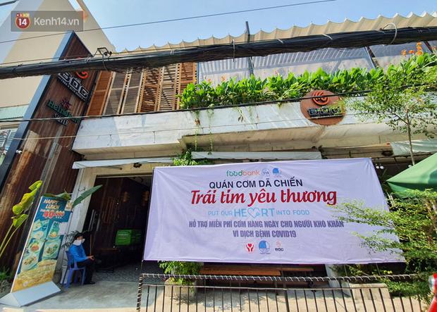 500 phần cơm di động miễn phí lang thang khắp Sài Gòn để trao tận tay cho người nghèo giữa mùa dịch Covid-19 - Ảnh 1.