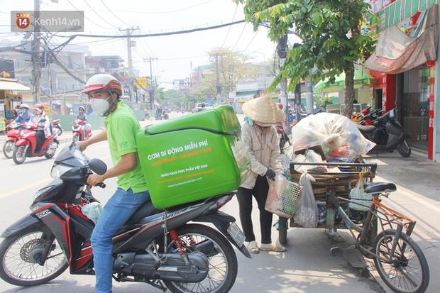 500 phần cơm di động miễn phí lang thang khắp Sài Gòn để trao tận tay cho người nghèo giữa mùa dịch Covid-19 - Ảnh 12.