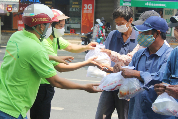500 phần cơm di động miễn phí lang thang khắp Sài Gòn để trao tận tay cho người nghèo giữa mùa dịch Covid-19 - Ảnh 10.