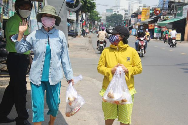 500 phần cơm di động miễn phí lang thang khắp Sài Gòn để trao tận tay cho người nghèo giữa mùa dịch Covid-19 - Ảnh 6.