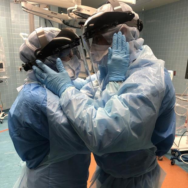 Khoảnh khắc ngọt ngào của cặp đôi y tá trước khi bước vào ca điều trị Covid-19 đầy rủi ro và câu chuyện khiến bao người cảm động - Ảnh 1.