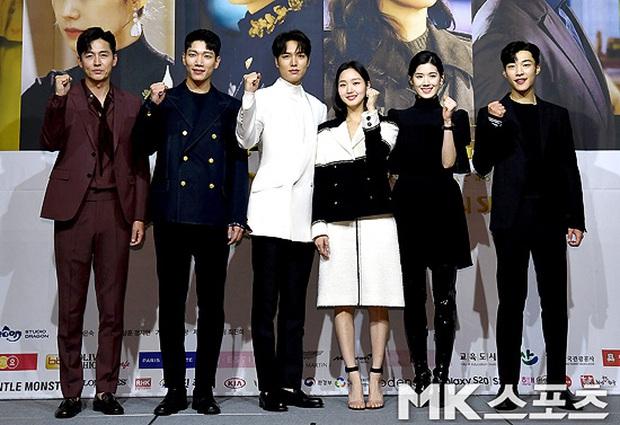 Ngược đời dàn sao Bệ hạ bất tử ở sự kiện: Nữ phụ đẹp đơ mà vẫn đè bẹp nữ chính, Lee Min Ho - Kim Go Eun lơ nhau đến lạ - Ảnh 12.