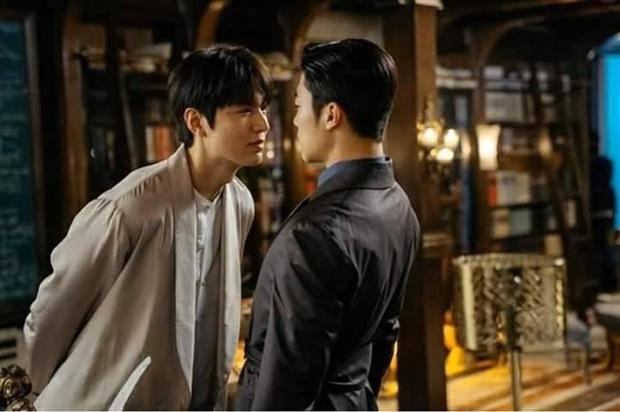 Netizen xem ảnh họp báo Quân Vương Bất Diệt xong hỏi nhau: Ủa chị em ơi, Lee Min Ho đóng phim đam mỹ  với nam phụ à? - Ảnh 7.