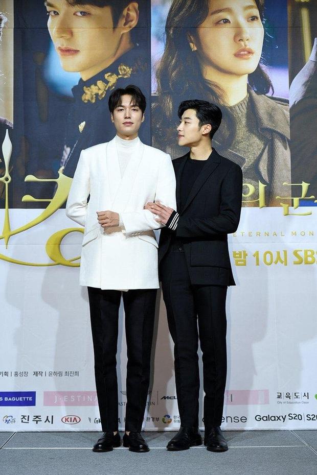 Netizen xem ảnh họp báo Quân Vương Bất Diệt xong hỏi nhau: Ủa chị em ơi, Lee Min Ho đóng phim đam mỹ  với nam phụ à? - Ảnh 1.
