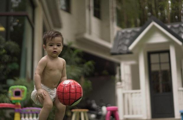Loạt ảnh quý tử nhà mỹ nhân đẹp nhất Philippines mùa cách ly gây bão: 1 tuổi đã đẹp vậy, lớn còn đỉnh thế nào nữa? - Ảnh 2.