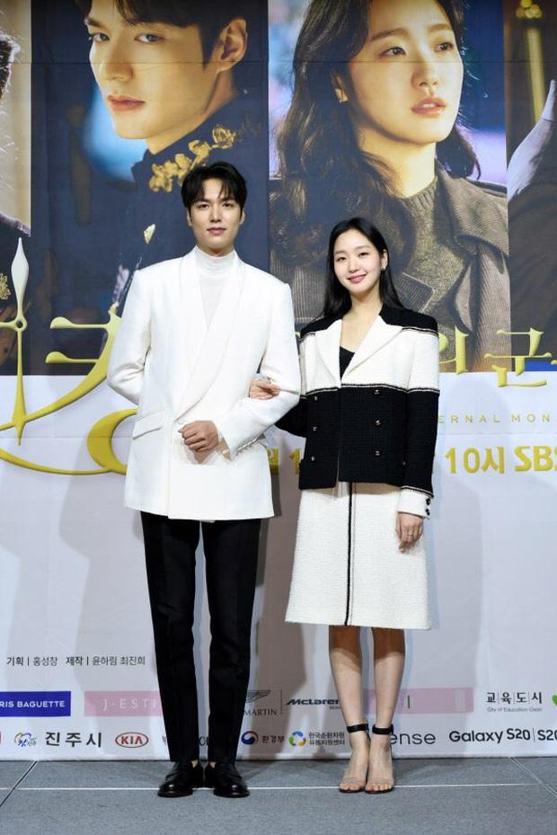 Họp báo siêu bom tấn Quân Vương Bất Diệt: Lee Min Ho được nam phụ khoác tay đắm đuối, Kim Go Eun bỗng bị đẩy ra chuồng gà? - Ảnh 2.