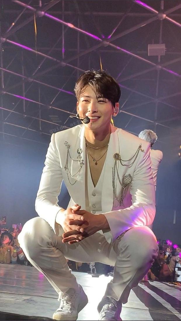 Hé lộ nhan sắc thật của loạt idol Kpop qua ảnh chụp vội ở concert: Tứk vì ánh sáng kém, camera thường không dìm nổi - Ảnh 2.