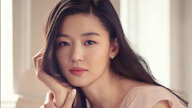 """""""Mợ chảnh"""" Jeon Ji Hyun bị chỉ trích vì tuyên bố giảm tiền thuê nhà chống dịch COVID-19 nhưng hứa một đằng làm một nẻo? - Ảnh 4."""