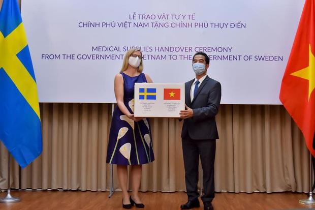 Việt Nam trao 100.000 khẩu trang hỗ trợ Thụy Điển chống COVID-19 - Ảnh 1.