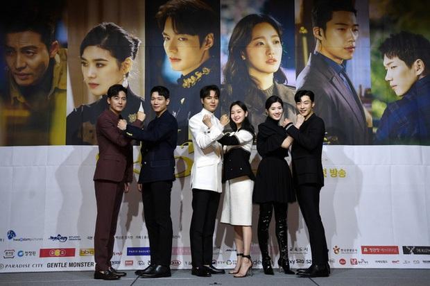 Lần đầu tiên gặp, nàng thơ Kim Go Eun chỉ nhìn chằm chằm vào 1 bộ phận của Lee Min Ho, đến giờ vẫn không thể rời mắt - Ảnh 7.