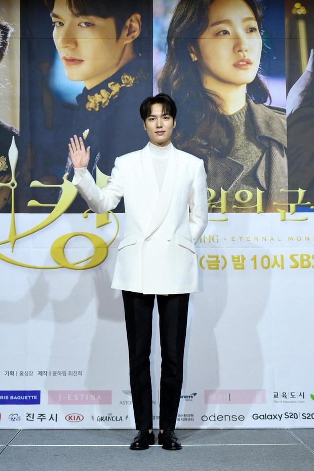 Lần đầu tiên gặp, nàng thơ Kim Go Eun chỉ nhìn chằm chằm vào 1 bộ phận của Lee Min Ho, đến giờ vẫn không thể rời mắt - Ảnh 8.