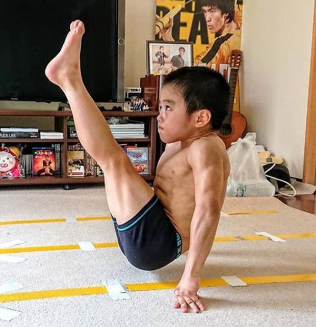 Ngỡ ngàng trước truyền nhân nhí của Lý Tiểu Long: Mới 10 tuổi đã sở hữu 6 múi cực phẩm, khả năng võ thuật tới Chân Tử Đan cũng phải chào thua - Ảnh 2.