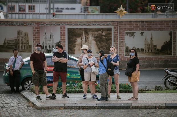 93% khách nước ngoài ở TP.HCM muốn ở lại Việt Nam trong mùa dịch Covid-19 - Ảnh 1.