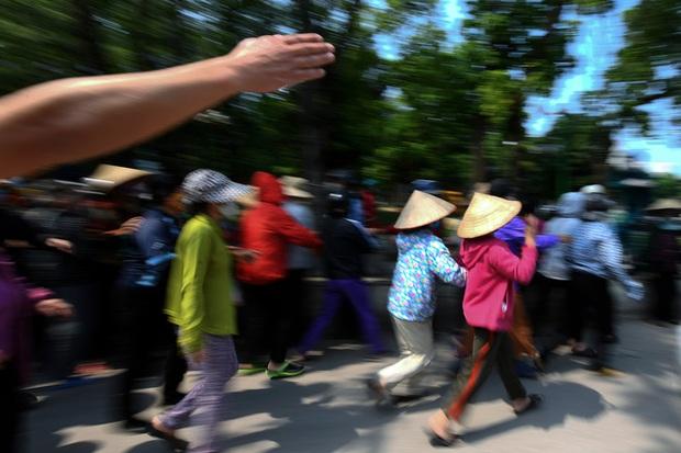 Hàng nghìn người rồng rắn cả km, xếp hàng kín sân vận động chờ tới lượt đến ATM gạo - Ảnh 1.