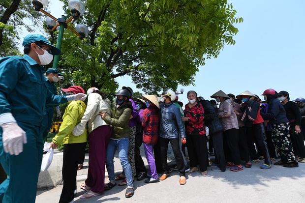 Hàng nghìn người rồng rắn cả km, xếp hàng kín sân vận động chờ tới lượt đến ATM gạo - Ảnh 2.