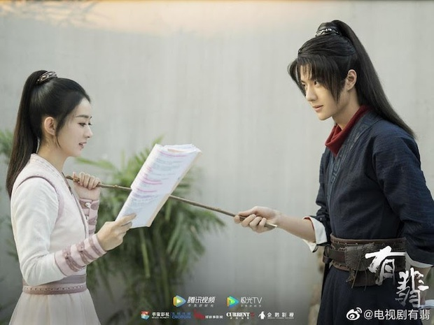 Trái ngược với Vương Nhất Bác cần trợ lý chăm sóc, Triệu Lệ Dĩnh vẫn tự mình cầm ô che nắng ở hậu trường Hữu Phỉ - Ảnh 1.