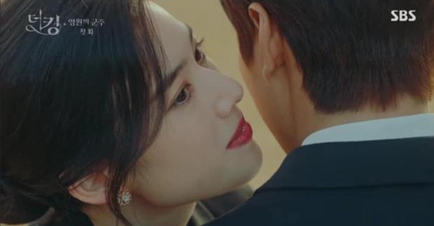 Tập 1 Quân Vương Bất Diệt mở màn bằng chiêu trò Lee Min Ho thả thính nữ thủ tướng, làm màu trước truyền thông? - Ảnh 1.