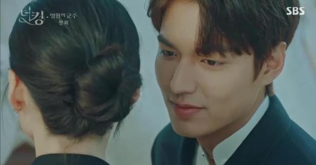 Tập 1 Quân Vương Bất Diệt mở màn bằng chiêu trò Lee Min Ho thả thính nữ thủ tướng, làm màu trước truyền thông? - Ảnh 2.