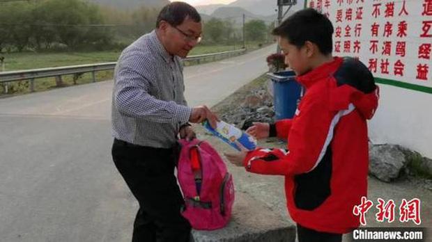 Thầy giáo 60 tuổi đi bộ hơn 30 km hằng ngày để đưa bài tập cho học sinh mùa dịch - Ảnh 1.