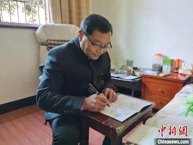 Thầy giáo 60 tuổi đi bộ hơn 30 km hằng ngày để đưa bài tập cho học sinh mùa dịch - Ảnh 2.