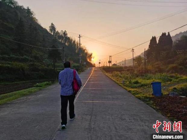 Thầy giáo 60 tuổi đi bộ hơn 30 km hằng ngày để đưa bài tập cho học sinh mùa dịch - Ảnh 3.