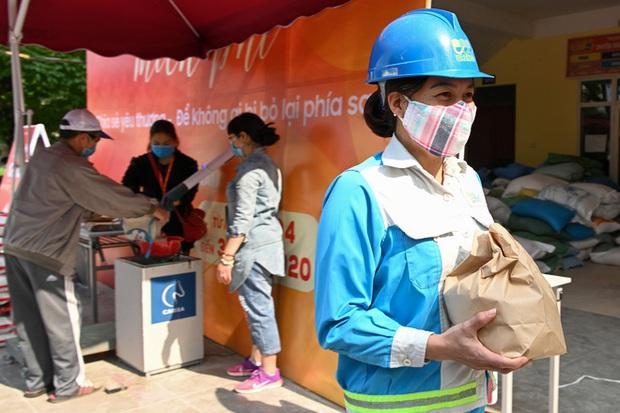Hàng nghìn người rồng rắn cả km, xếp hàng kín sân vận động chờ tới lượt đến ATM gạo - Ảnh 14.