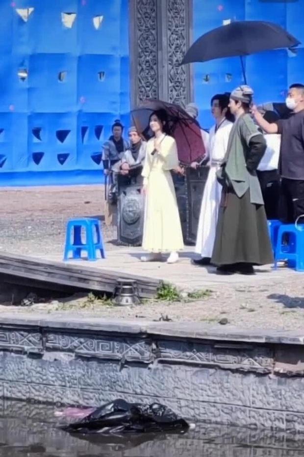 Trái ngược với Vương Nhất Bác cần trợ lý chăm sóc, Triệu Lệ Dĩnh vẫn tự mình cầm ô che nắng ở hậu trường Hữu Phỉ - Ảnh 3.