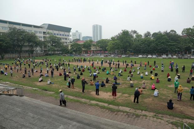Hàng nghìn người rồng rắn cả km, xếp hàng kín sân vận động chờ tới lượt đến ATM gạo - Ảnh 4.