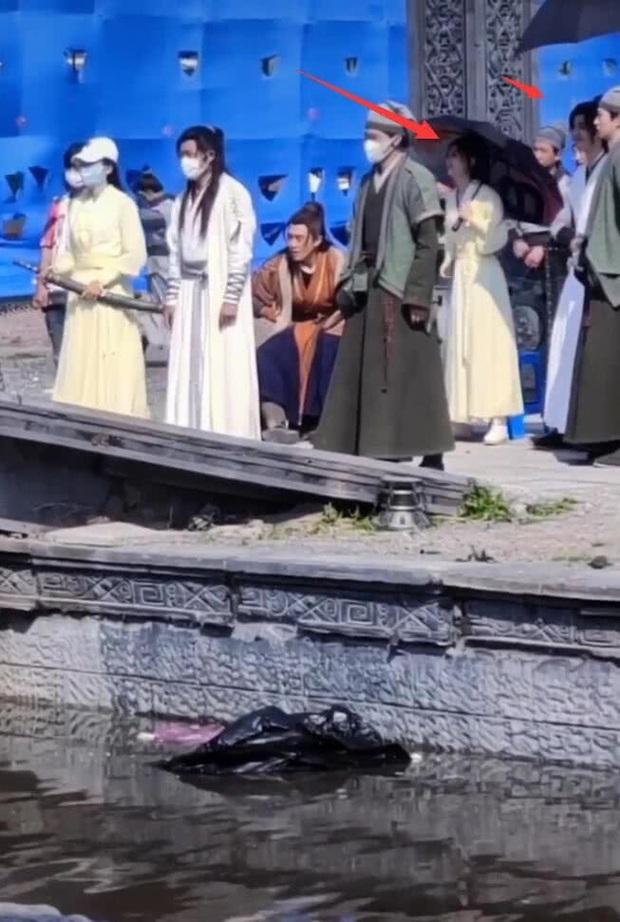 Trái ngược với Vương Nhất Bác cần trợ lý chăm sóc, Triệu Lệ Dĩnh vẫn tự mình cầm ô che nắng ở hậu trường Hữu Phỉ - Ảnh 6.
